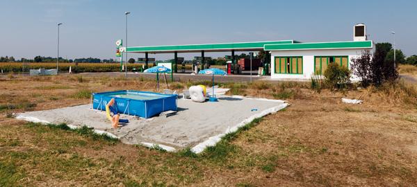 Distributore di carburante con servizi accessori, Argelato.Petrol station with extra services, Argelato.